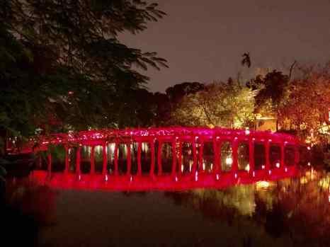 Petit pont sur le Lac de l'Epée Restituée- Hanoï - Vietnam