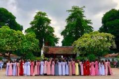 Jeunes gens venant fêter leur diplôme au Temple de la Littérature - Hanoi - Vietnam