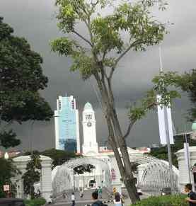 Orage imminent sur la cathédrale et les buildings - Singapour