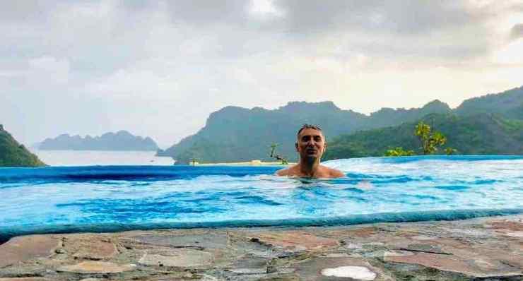 Petit bain d'eau douce avec la baie de Lan Ha en toile de fond - Ile de CatBa - Vietnam
