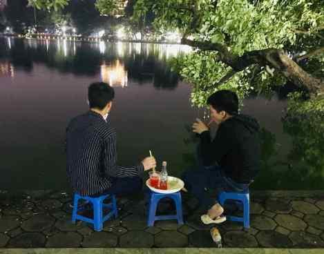 Bar improvisé sur le Lac de l'Epée restituée - Hanoï - Vietnam