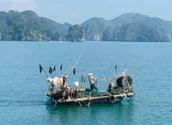 Pêcheur dans la Baie d'Halong - Vietnam