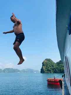 Sauter du bateau dans les flots de la Baie d'Halong - Vietnam