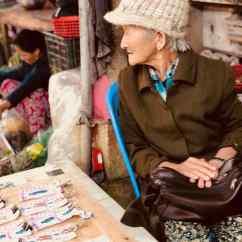 Vieille dame à la loterie - Marché de Hoi An - Vietnam