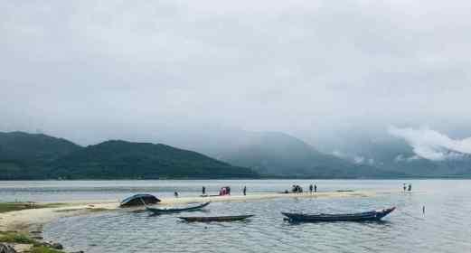 Langue de sable perdu dans un Paysage de fjord norvégien - Région de Da Nang - Vietnam