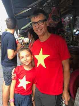 Père et fille arborant le drapeau Vietnamien - Can Tho - Vietnam