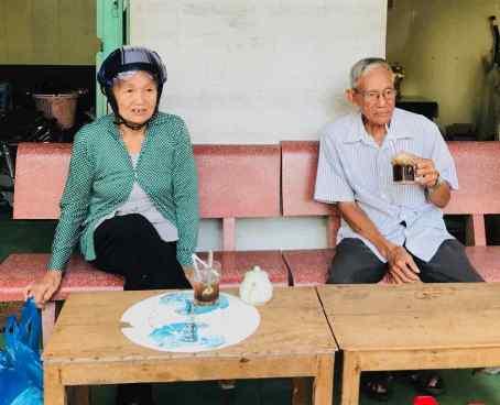 Pause café sur le marché de Can Tho - Vietnam