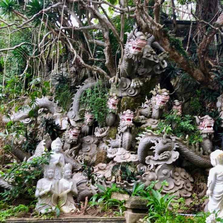 """Bouddhas et dragons """"nains de jardin"""" - Montagne de Marbre - Da Nang - Vietnam"""
