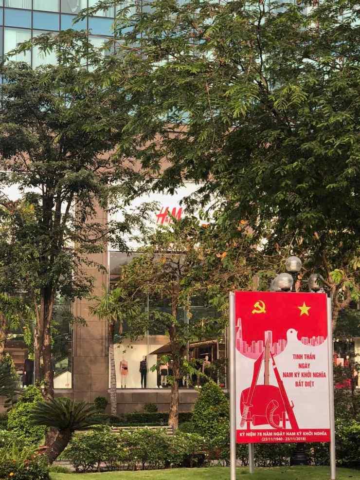 Saigon - Temple du capitalisme caché derrière un affiche communiste - Vietnam