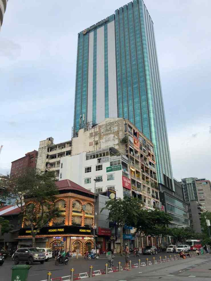 Tour moderne et vieil immeuble décati - Saigon - Vietnam