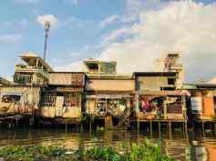 Maisons sur pilotis - Linge et casseroles en exposition - Can Tho - Vietnam