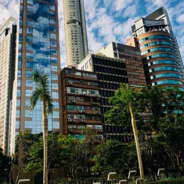 Les empreintes de mains de stars du Garden of Stars et les gratte-ciels de Tsim Sha Tsui en arrière plan - Hong Kong