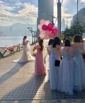 Jolie mariée sur la promenade de Tsim Sha Tsui - Hong-Kong