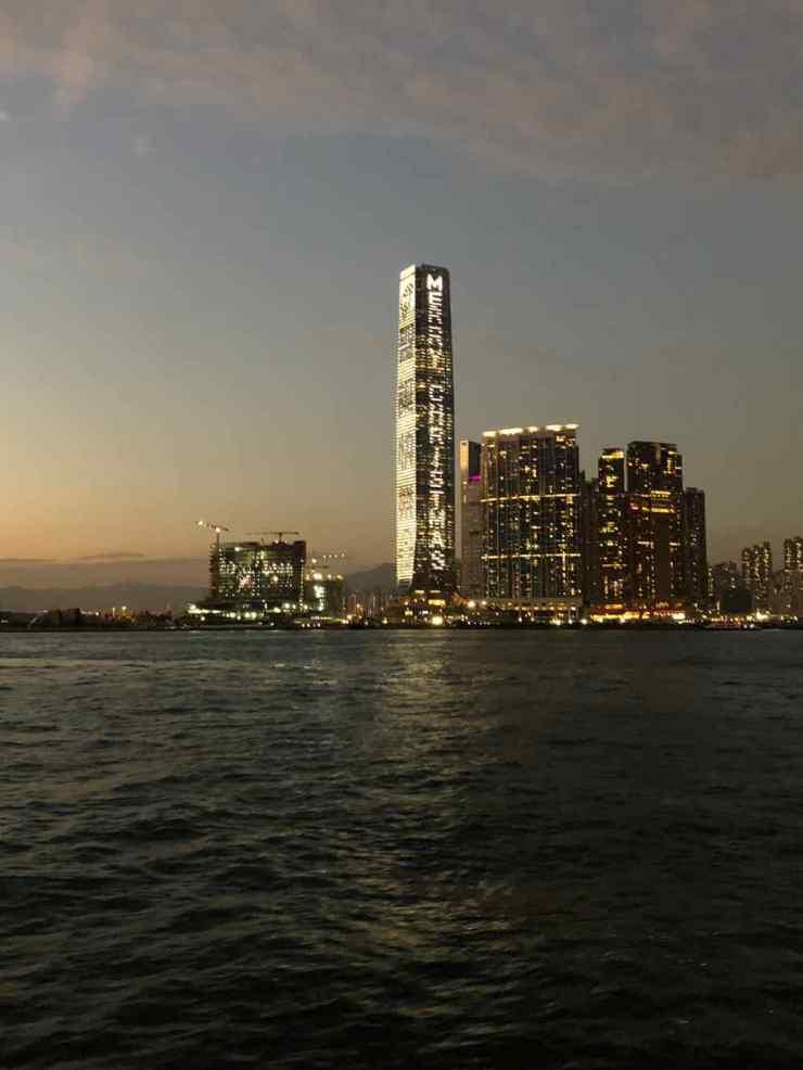 Joyeux Noël inscrit sur le plus haut gratte-ciel de Hong-Kong