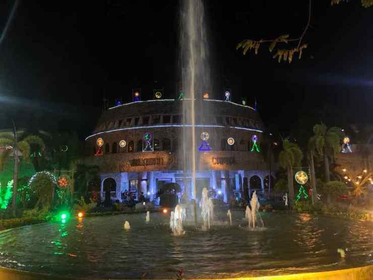 Decos de Noel Kitchs et jet d'eau dans le parc de Puerto Princesa - Palawan - Philippines
