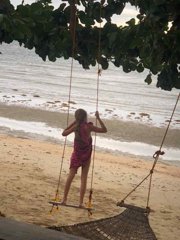 Eden à la balançoire - Sur notre plage de Sibaltan - Palawan - Philippines