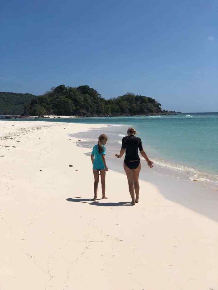 Conversation sur la plage - Palawan - Philippines