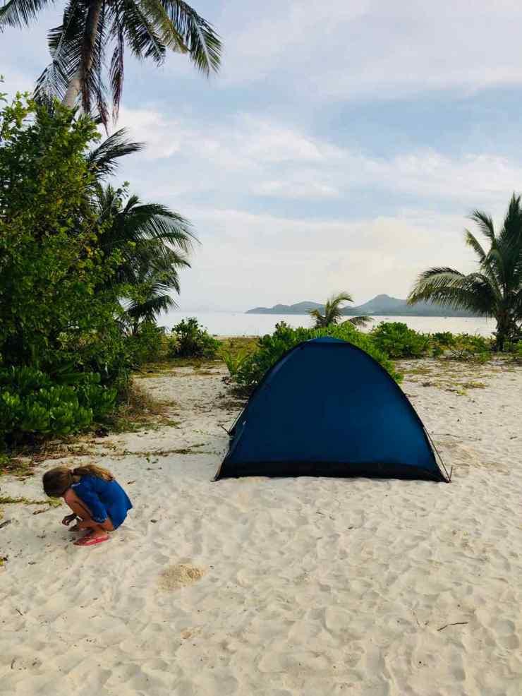 Eden au petit matin près de notre tente, sur notr ile déserte. Paradis ou enfer ? - Palawan - Philippines