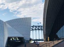Point de vue sur le pont de Sydney avec ses drapeaux, depuis le parvis de l'opéra - Sydney - Australie