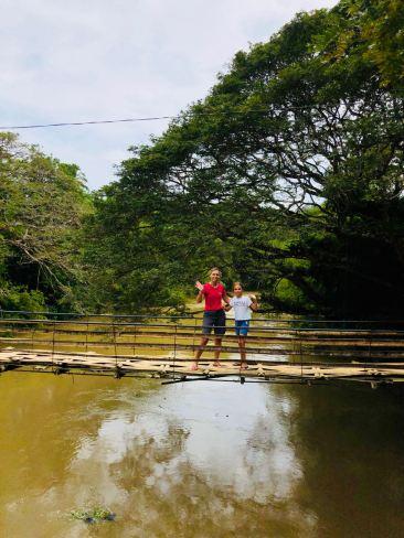 Eden et Juliette sur le pont de Tibao - Bohol - Philippines
