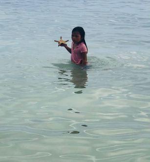 Petite fille à l'étoile de mer - Dumaluan Beach - Panglao - Bohol - Philippines