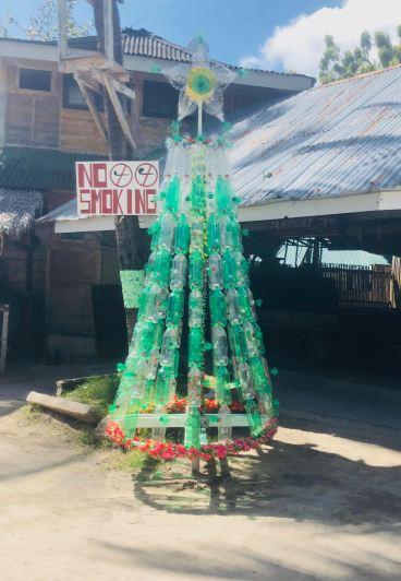 Sapin de Noel en bouteilles en plastique sous le soleil - Dumaluan Beach - Panglao - Bohol - Philippines