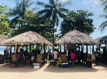 Pique-nique en famille sous les paillotes en chaume - Dumaluan Beach - Panglao - Bohol - Philippines