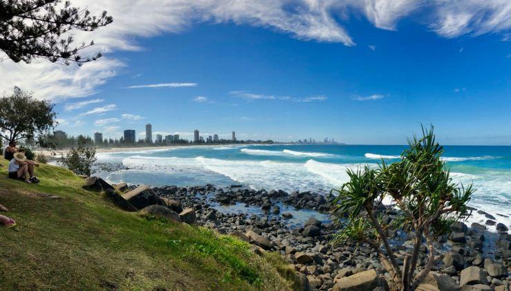 La plage, les vagues et au fond, les buildings - Gold Coast - Australie