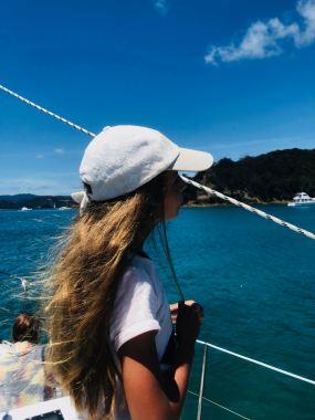 Fillette cheveux au vent - Bay of Island en voilier - Nouvelle Zélande