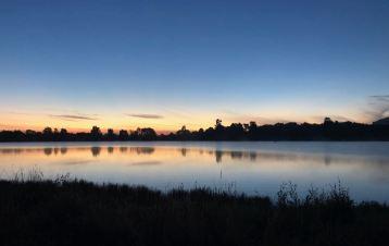 Coucher de soleil sur notre petit lac près de Wai O Tapu - Nouvelle-Zélande