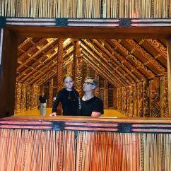 Coucou Maman ! - Eden et son père dans le whare nui - Musée d'Auckland - Nouvelle Zélande