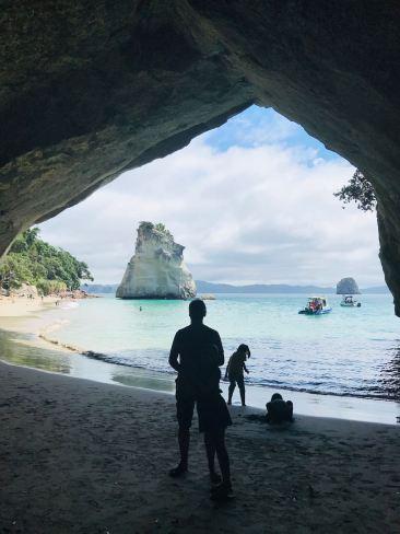 Geoffrey et Eden sous l'arche de Cathedral Cove - Coromandel - Nouvelle-Zélande