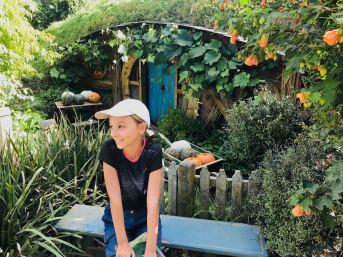 Eden se sent chez elle avec ces maisons à sa taille - Trou de Hobbit - Hobbiton - Nouvelle-Zélande