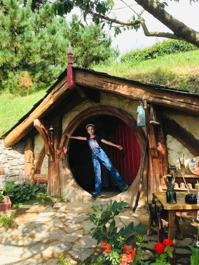 Petit Hobbit sortant de chez lui - Hobbiton - Nouvelle-Zélande