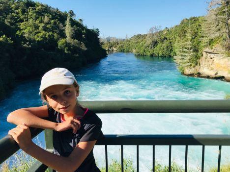 Eden devant les Huka Falls - Taupo - Nouvelle-Zélande