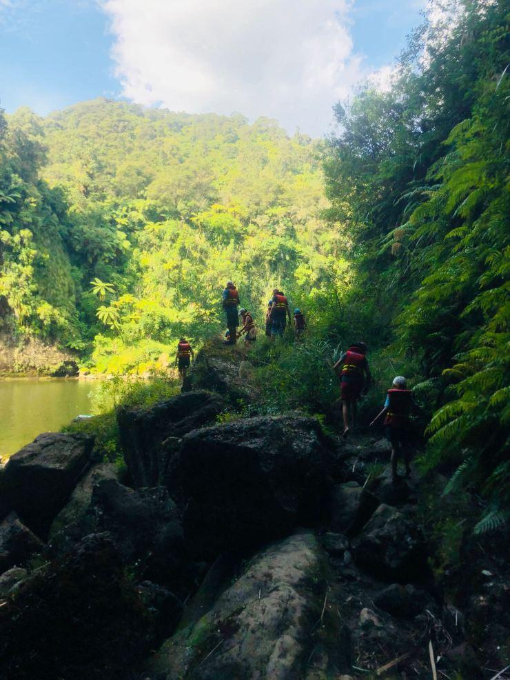 La troupe vers la cascade - Whanganui River - Nouvelle-Zélande