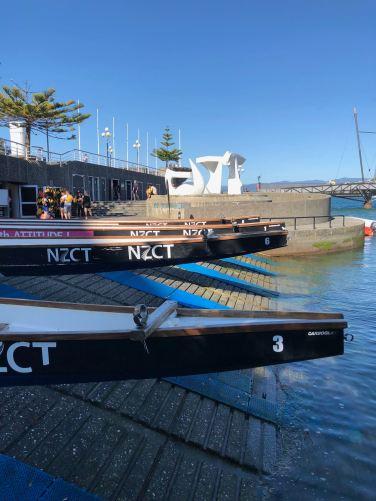 Pirogues et oeuvre d'art sur le port de Wellington - Nouvelle-Zélande