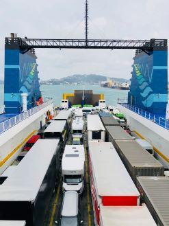 Véhicules bien rangés dans le ferry vers l'île sud - Wellington - Nouvelle-Zélande