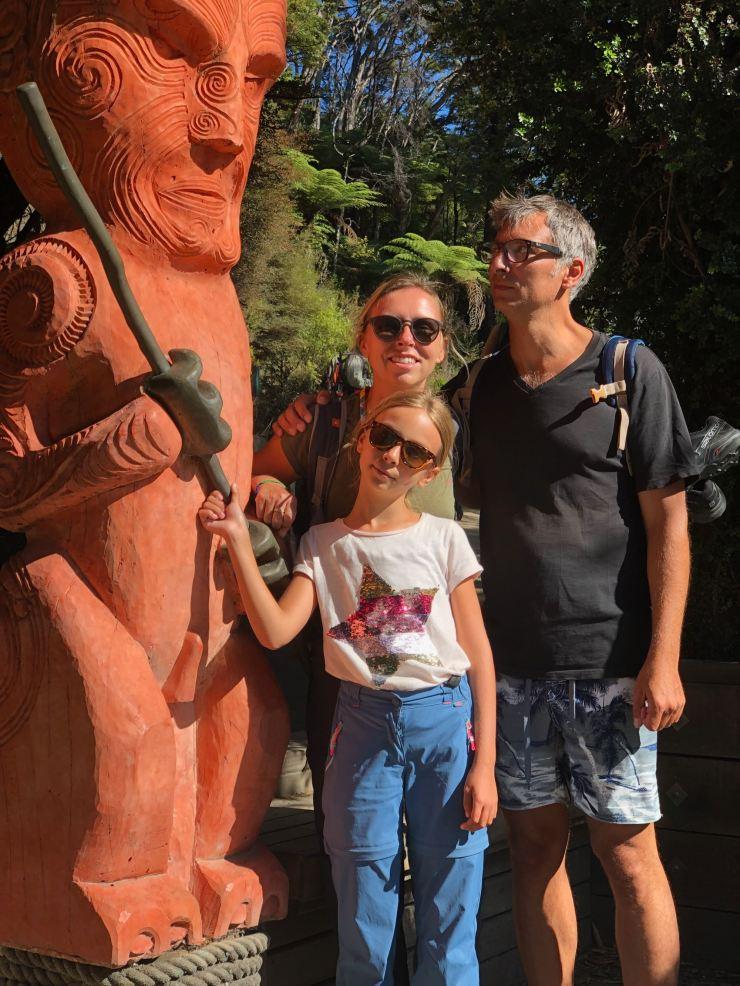 Photo familiale devant une sculpture d'inspiration Maori - parc Abel Tasman - Nouvelle-Zélande