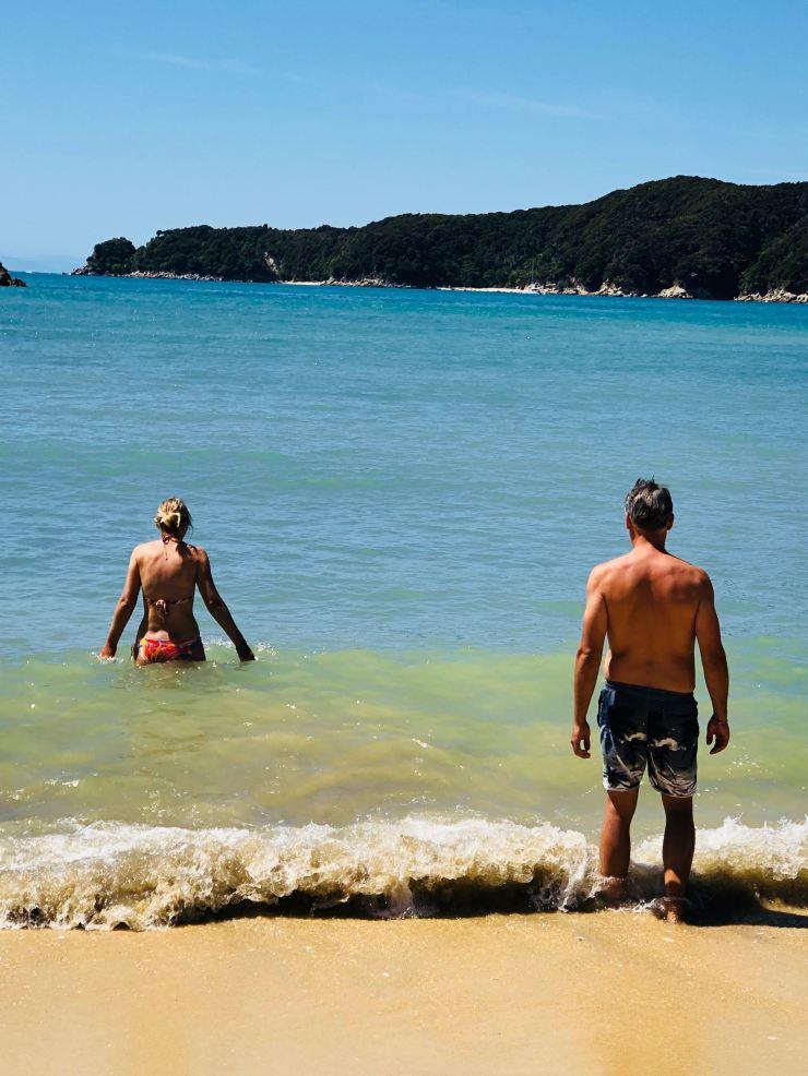 Baignade à Torrent Bay - Parc Abel Tasman - Nouvelle-Zélande