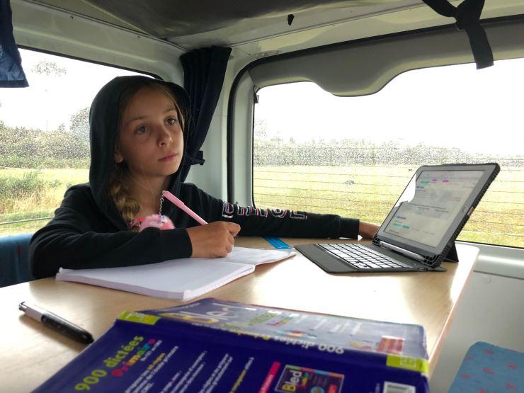 Studieuse dans le van - Nouvelle-Zélande