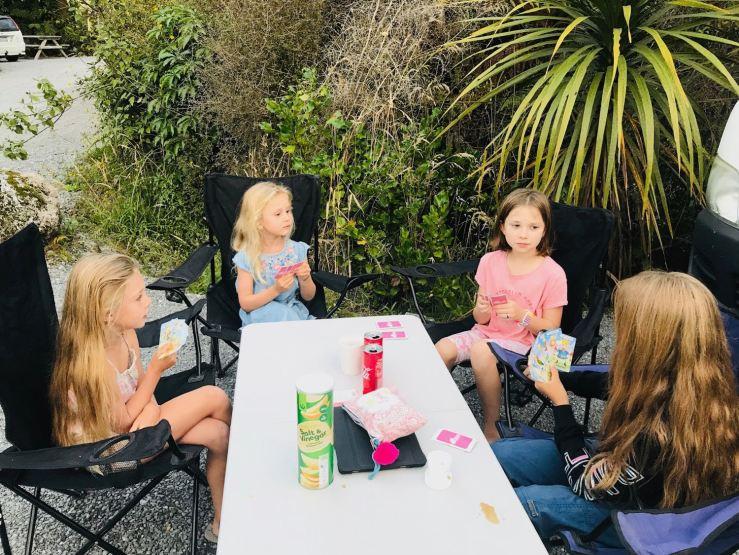 Les filles vont ouvrir un tripot - Apéro time - Coca, chips, jeu de cartes - Franz Joseph - Nouvelle-Zélande