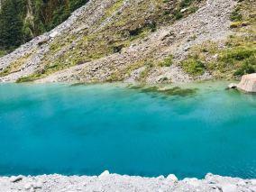 Lac aux couleurs turquoises en arrivant au parking du Fox glacier - Nouvelle-Zélande