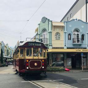 Petit tram dans joli quartier coloré - Christchurch - Nouvelle-Zélande