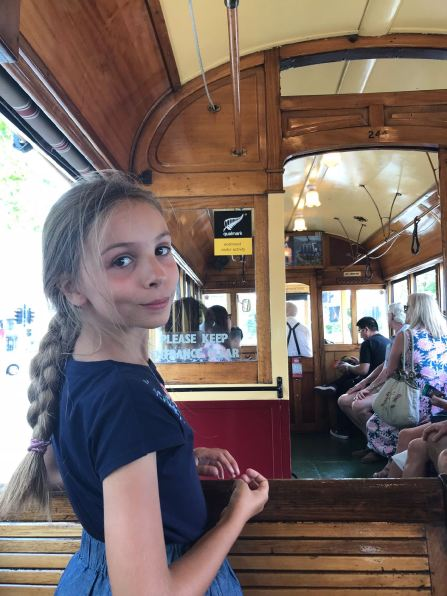 Eden dans le tram - Christchurch - Nouvelle-Zélande