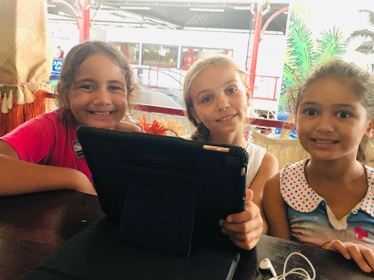 Eden se fait des copines - marché couvert - Papeete - Polynésie