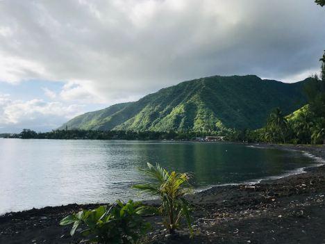 Vue sur Tahiti Nui depuis la plage de sable noir de Tahiti Iti - Polynésie