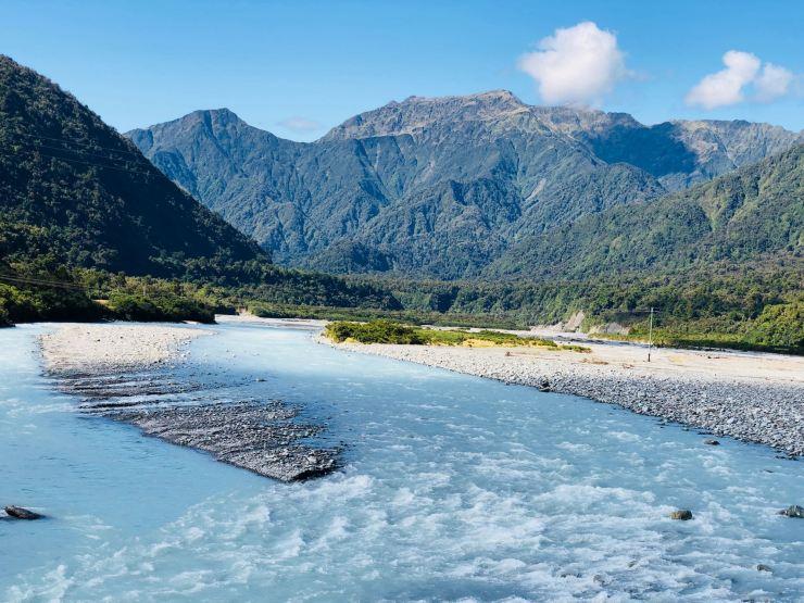 Rivière glaciaire sur la route vers le glacier Franz Joseph - Nouvelle-Zélande