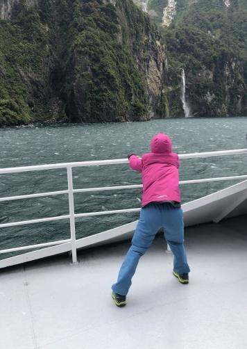 Eden ne tient pas debout sur le pont - Milford Sound - Fjordland - Nouvelle-Zélande