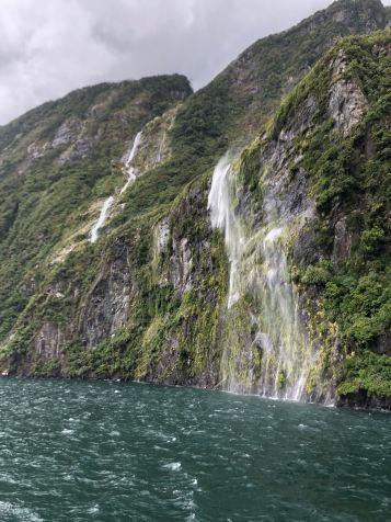 L'eau ruisselle de la roche - Milford Sound - Nouvelle-Zélande